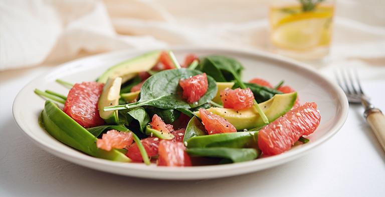 Grapefruit salade met spinazie en avocado