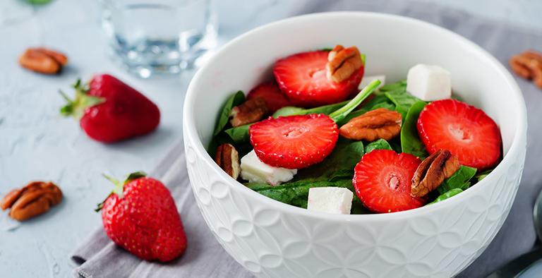 Spinazie salade met aardbeien, geitenkaas en pecannoten